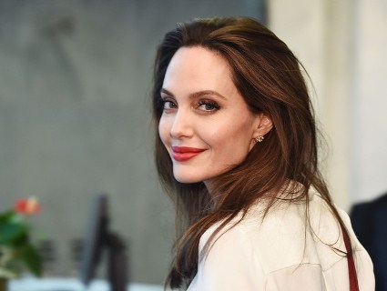 Усміхнена і здорова: Анджеліна Джолі разом з дітьми робила покупки (відео)