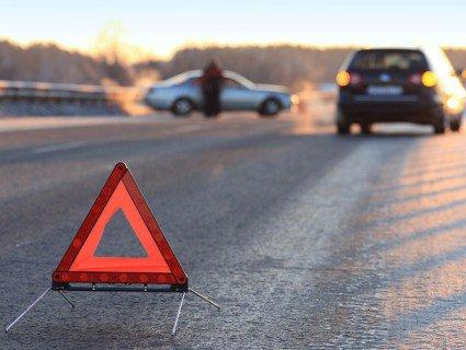 У Києві п'яний водій збив на переході сім'ю, а тоді тікаючи, вилетів на трамвайні колії (відео)
