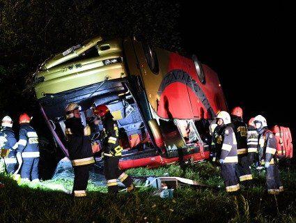 У Польщі в урвище злетів автобус, в якому їхали українські діти. Троє загиблих (фото)