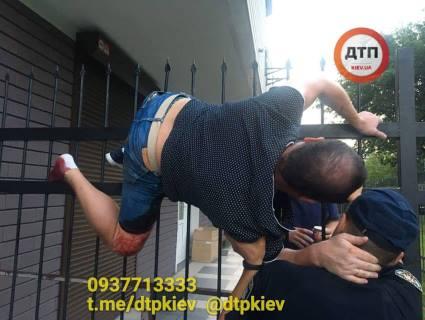 У Києві чоловік перелазив через паркан і «нанизався» на гострі списи (фото 16+)