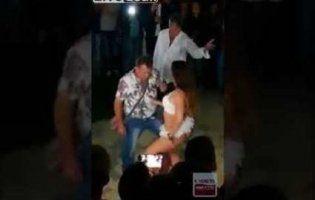 Кумедне відео: чоловік вирішив розслабитися із танцівницею, та нагодилася дружина