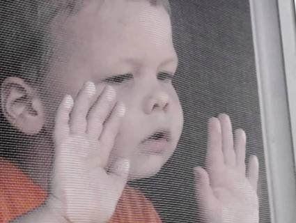 У Луцьку дворічний малюк випав із вікна через москітну сітку