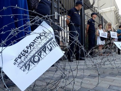 В Києві російське посольство обнесли колючим дротом