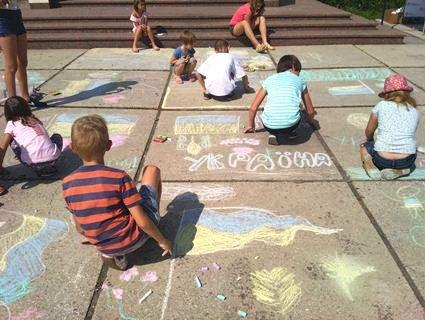 Маленьких лучан вчили малювати Україну на асфальті (фото)