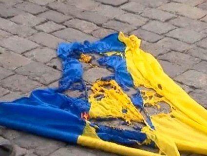 У Черкасах вандали спалили прапор на могилі кіборга