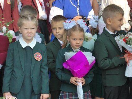 Луцькі школярики на урочистій лінійці (фото)