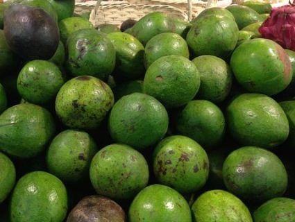 У столичному супермаркеті округлий огірок видали за авокадо (фото)