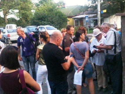 У Луцьку під міськрадою міні-пікет: люди вимагають маршрутку до масиву «Промінь»
