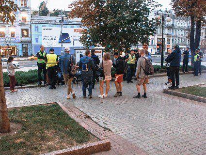 В центрі Києва неадеквати порізали гея (фото, відео)