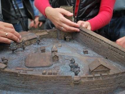 У Луцьку відкрили бронзовий тактильний макет Луцького замку