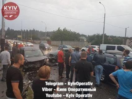 Під Києвом масштабна ДТП через «перебігуна»: чотири машини пом'яті, пішохід – загинув (фото)