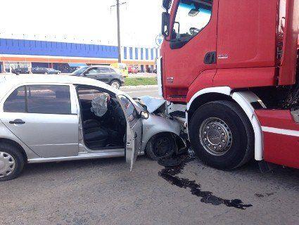 Під Луцьком автівка врізалася у фуру (фото)