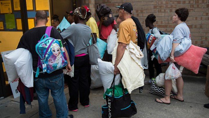 Люди тікають від урагану