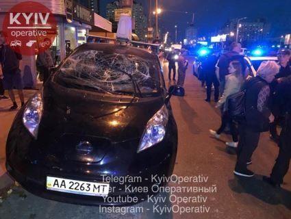 У Києві люди влаштували самосуд над водієм таксі, який влетів у зупинку (відео)