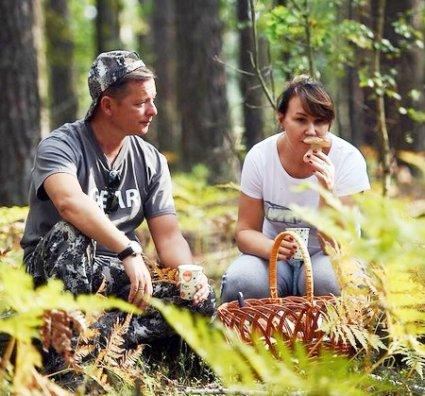 Дружина ляшка нюхає гриба