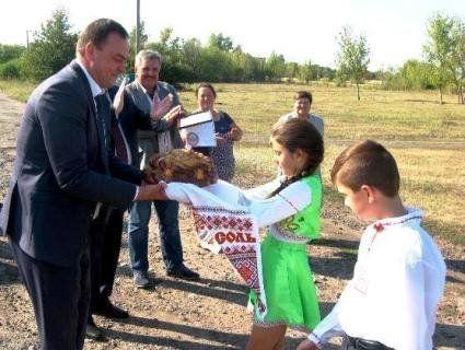 Чиновницький маразм: на Харківщині зупинки та смітники відкрили з короваєм