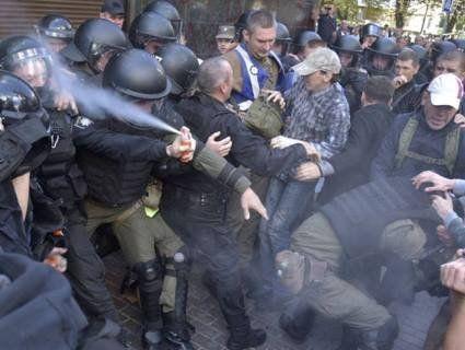 В Мережі затролили патрульного, який розпилив балончик собі в лице (фото)