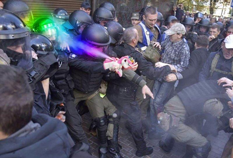 Сутичка поліцейських із активістами