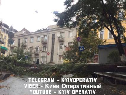Перші наслідки негоди у столиці: заблоковано проїзд історичною вулицею (фото)