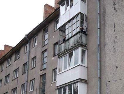 У Луцьку буревій відірвав від хрущовки шмат балкона (фото)