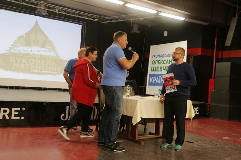 Олександр Шевченко нагороджує колектив переможців T1.ua у конкурсі Поспішай творити добро