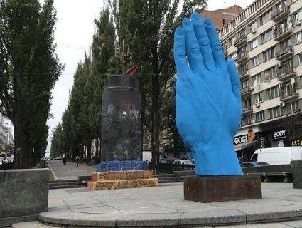 Креативний Київ: синя рука підірвала соцмережі (відео, фото)