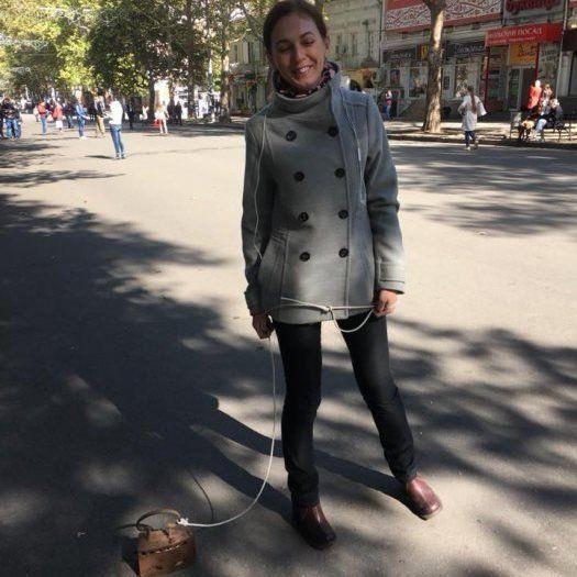 В Миколаєві дівчина гуляла… з праскою на мотузці (фото)