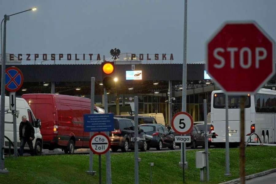 Заробітчан на польському кордоні примушують виходити з автобусів  та доводити своє легальне перебування в Польщі