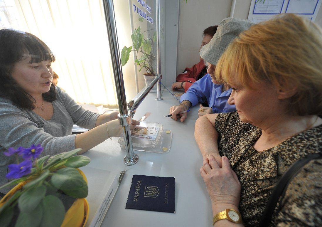 Пенсіонери в шоці: «Укрпошта» відмовилася розносити пенсії по домівках
