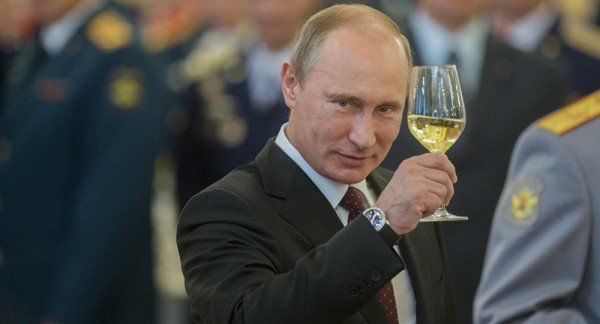 Російському карлику  - 66: Путін забуває, як виглядає російський прапор та не може прочитати промову з папірця