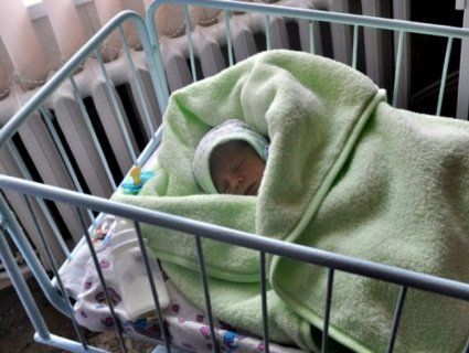 У Житомирі горе-породілля залишила немовля в холодному під'їзді