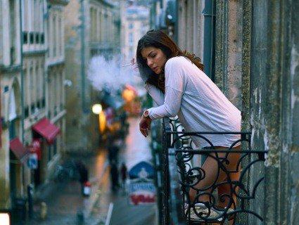 Невдало покурила: на Тернопільщині вагітна із цигаркою випала з третього поверху
