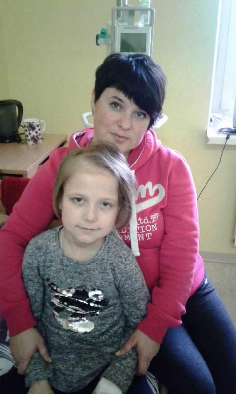 Хвора дівчинка з Любешова Поліна з мамою