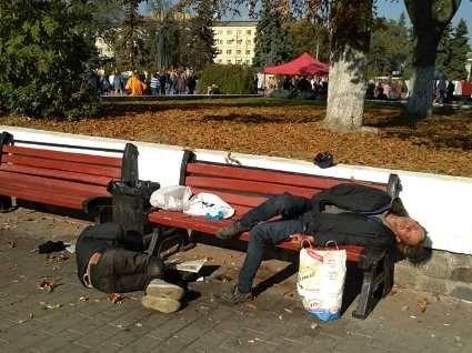 Луцьк 13 жовтня 2018:  хтось вшановує загиблих героїв, а хтось вже «навшанувався»