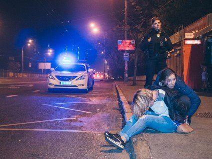 У Києві вагітна жінка билася з поліцейськими (відео)