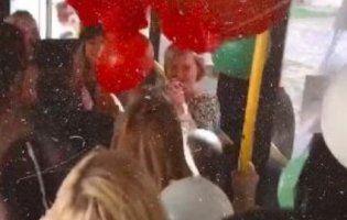 Креативно: у Луцьку школярі орендували цілий тролейбус, щоб привітати улюблену вчительку (відео)