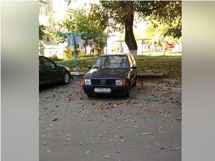 У луцькому дворі жильців 12 годин до божевілля доводив «крикливий» Fiat