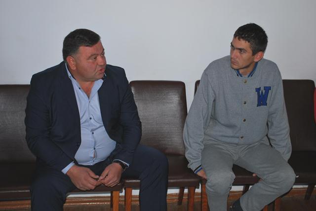 Голова Горохівської райради Тарас Щерблюк з активістом