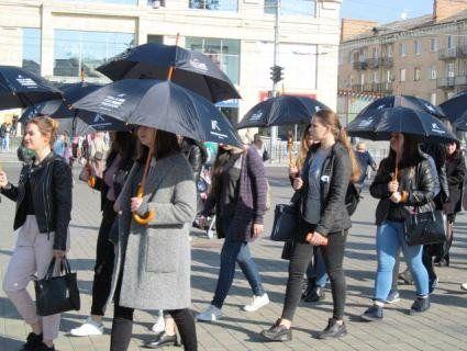 У Луцьку студенти помовчали під парасольками (фото)
