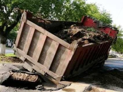 У Луцьку під вантажівкою провалився асфальт (фото)