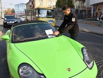 Порушник на Porsche «нарвався» на луцьких муніципалів (фото)