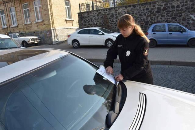 У Луцьку муніципали штрафували за неправильне паркування
