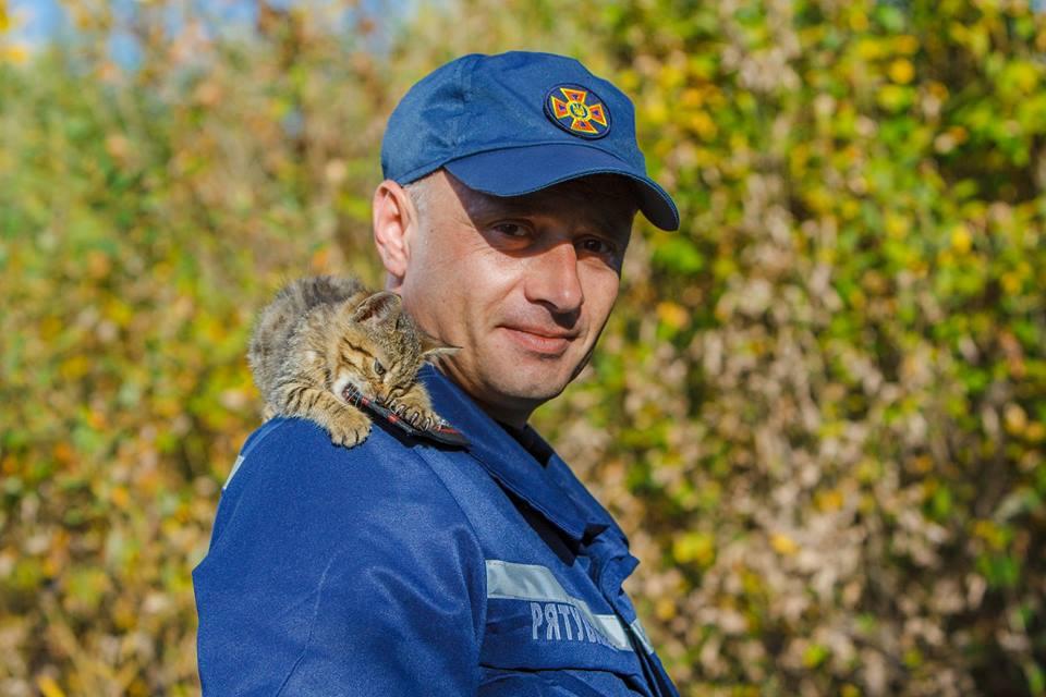 Закарпатські рятувальники влаштували флешмоб, аби знайти домівки бездомним тваринам
