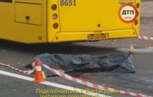Моторошна смерть: у Києві маршрутка проїхалася по хлопцеві, який лежав на асфальті після бійки (фото 18+)