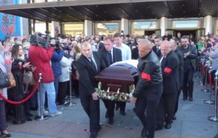 Житомиряни оплесками і вигуками «Браво!» провели в останню путь загиблу зірку «Дизель-шоу» (відео)