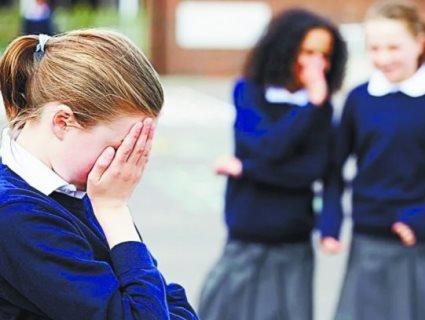 Знову булінг: вчителька нацькувала клас проти дитини, бо її батьки не здають грошей