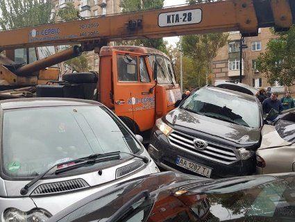 У Києві автокран протаранив 18 автомобілів і вантажівку, є жертви (фото, відео)