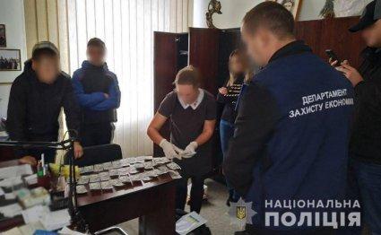 На Рівненщині затримали дерслужбовця на хабарі