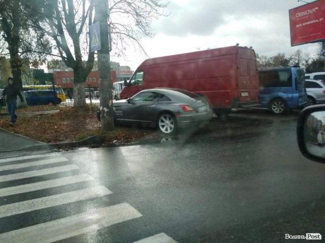 Автомобіль Chrysler Crossfire депутата Луцької міської ради Микити Рабана