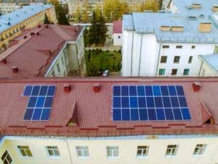 На даху Волинської обласної лікарні встановили сонячні батареї (фото)